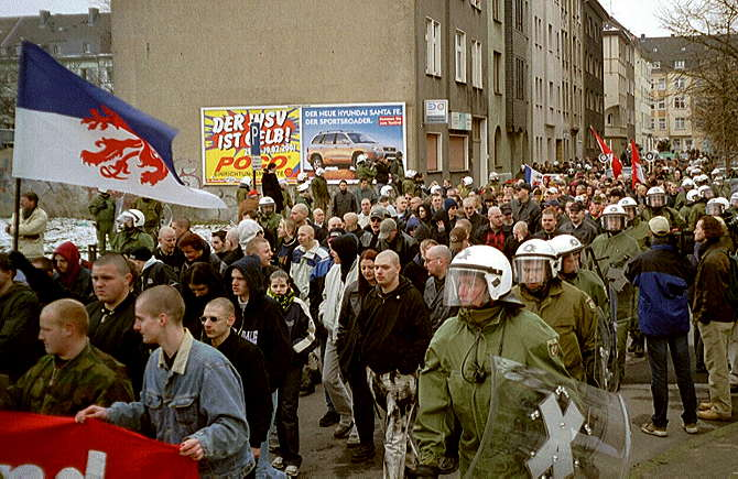 [Foto:mar-2001-demonstration.jpg]