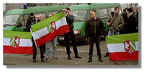 [Foto:mar-2001-nrw-flaggen.jpg]